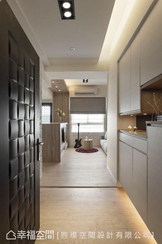 赖育德设计师利用长形玄关设计,营造内部空间放大效果;鞋柜也利用长形镂空、下方打灯赋予延伸效应。