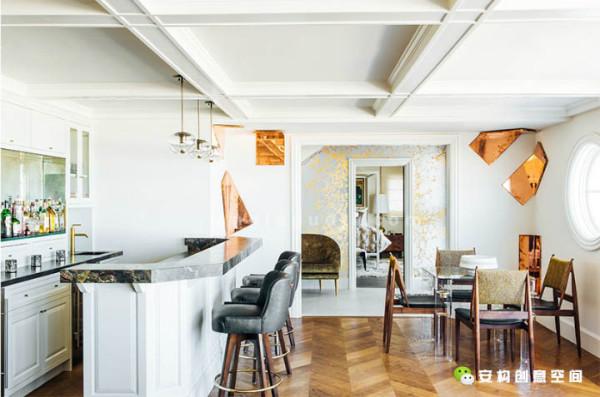 暗黑色的酒吧凳为人们提供了更多一种座位选择,并且和木制的欧式橱柜遥相呼应。厨房里最吸引人的东西,当属那个恰如其分的后置防溅挡板。