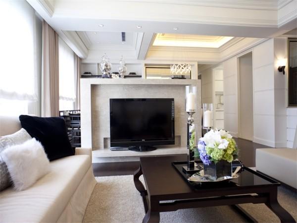客厅的吊顶很简约,沙发也是简约风格。