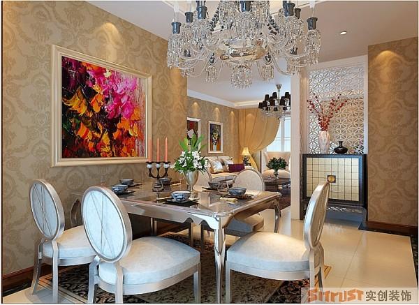 欧式餐桌搭配欧式水晶吊灯,使整个空间格外清新明亮,给主人创造了良好的就餐环境。