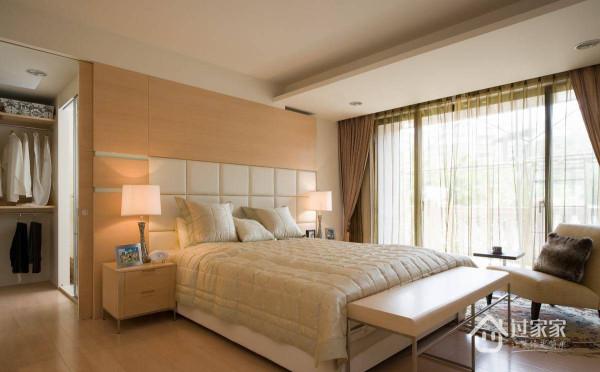 主卧室以接受度高的浅色木作,建构一个解压、舒适的私人场域。