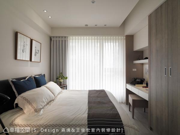 满盈日光穿透窗纱漫入,在白色系主卧房中洒落温暖光氛。