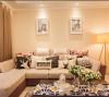 L形的沙发,不同的抱枕,使得整个空间更加柔软,舒适。