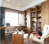 书房书柜区域利用开放或推拉门式的门扉界定,巧妙的掩去收纳时的杂乱感