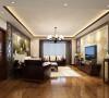 客厅的整体色调为暖色调,吊顶通过线条感比较强的石膏造型,加上中式家具自身具有的厚重感来实现一种雅致生活情趣。墙面上主要通过沙发背景墙的大面积中式壁纸以及电视背景墙淡雅的石材,在轻重之间寻找到了平衡。