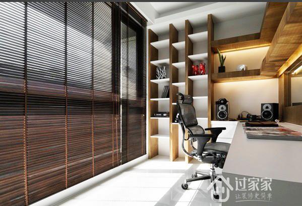 沙发背墙一体两面区隔出开放式的书房区域,层板式的设计让视觉更具穿透感,多柜体的设计也提供书房空间作为收纳作用