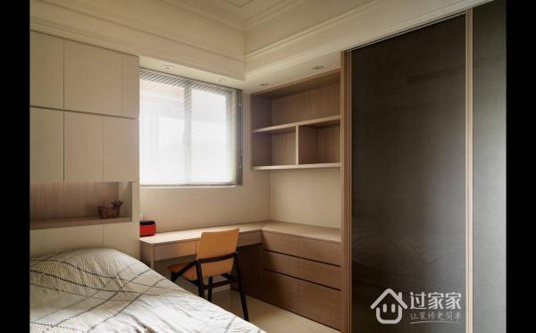 全墙面以收规划,为避免被柜体包围的压迫感,左侧收纳以隐藏式处理,而右侧古典造型的收纳则以展示创造层次变化。