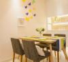 原木餐桌配上杏仁色的墙面,整体空间没有多余的装饰,就是简简单单那种温馨的幸福氛围。