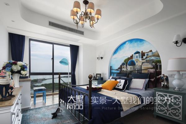 主卧室打破常规墙纸或者涂料的形式,在床头背景用现场绘画的形式来表现地中海的风格特点,并搭配各种不同色系的蓝色调,将地中海风格演绎的淋淋尽致。