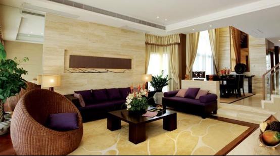 客厅设计主要采用的色彩的纯度对比,木茶几的深褐色设计渐渡到沙发背景墙的米黄,深浅色系的转变也有利于创造和谐的色彩环境。