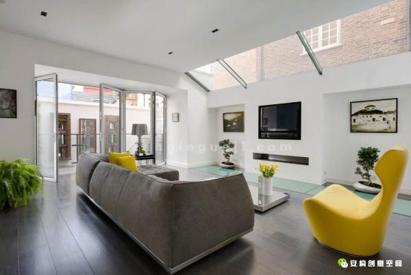 起居客厅最大的亮点,是玻璃做成的地板,透明的地板将一楼玻璃屋顶上透下来的光线,很好的传送到了下面那一层的厨房空间里。