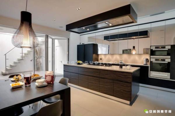 如今,设计师和房主已经发展成了一个超棒的合作团队,他们刚刚在Glebe Place地区完成了另外一所住宅的室内装修。