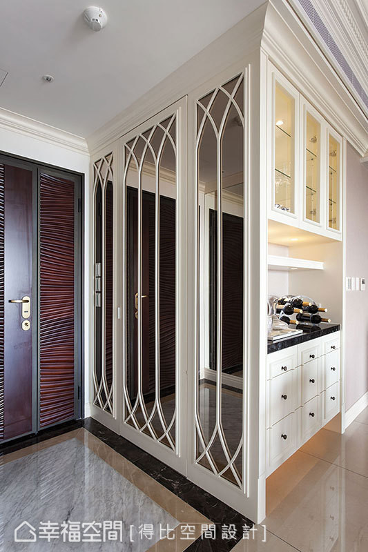 玄关仪容镜与餐具柜相邻,看似单纯,其实从中间隐藏门打开便是可容人的ㄇ字形衣鞋间,赋予畸零空间实用与装饰的灵魂。
