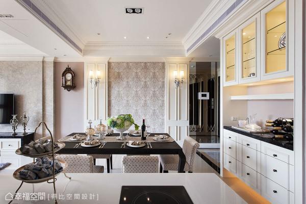 讲究对称美学的新古典风格,运用在造型墙面显得平衡典雅,华丽的壁灯贵气加成,多层次的线板堆栈精致细节。