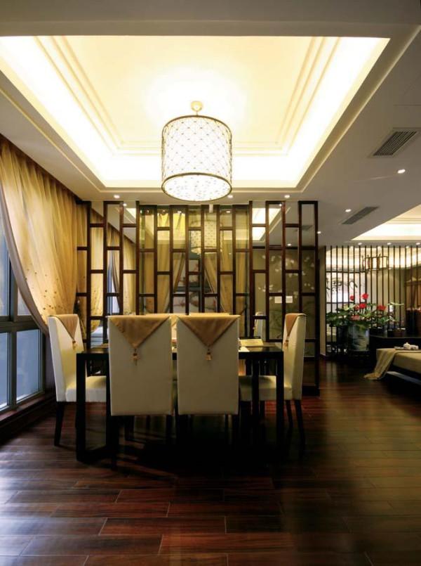 餐厅的装修,没有过多的点缀,以实木的餐桌搭配布艺沙发,古香古色