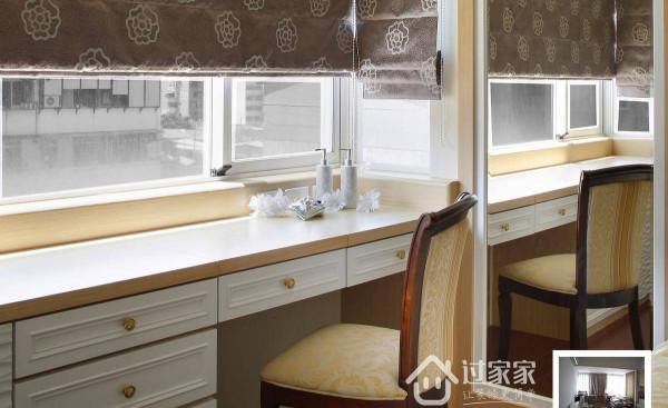 临窗设计了梳妆区域,简单的线条表现出清雅舒适的古典氛围,一旁为掩去原建物梁柱,以明镜包覆的方式设计,也同时成为穿衣镜的空间机能。
