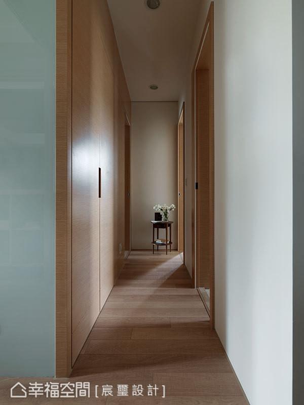 基于屋主藏书丰富,以及不浪费空间的因素下,在书房旁的宽敞走道上,规划一整面的收纳空间,兼具收藏室的用途。