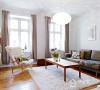 具有古代的大而漂亮的直棂窗,光线与通风的效果非常好,统一的旧木地板