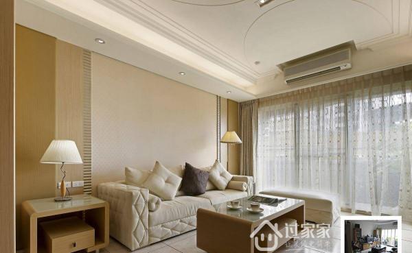 沙发后方以3.3.3设计精神作为背景比例的安排,透过皮革、木作、防尘螨壁纸,将空间规划得雅致而具古典意涵。