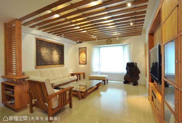 屋主希望将其收藏的中东手工地毯融入客厅布景当中,特别打造的地毯客厅桌与墙面的地毯主景相呼应,体贴之处让屋主倍感窝心。