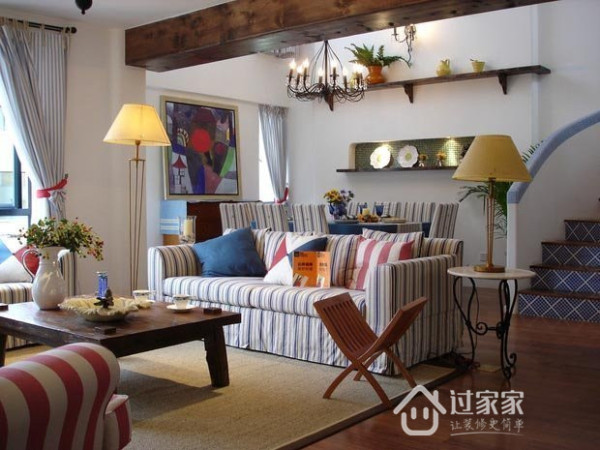 客厅具有经典的地中海风格,蓝白色竖条纹拉伸了纵向空间,在旁边放一个高高竖立的落地灯,更加深了这个印象。