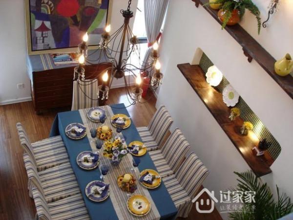 地中海风格的色彩大胆鲜明,蓝白色是主色调,餐桌椅、桌布、桌旗、窗帘选用同一系列的海洋风,自由而浪漫。