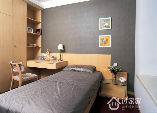 次卧,大面积的灰色和黄色,舒适感十足,没有任何的压迫感