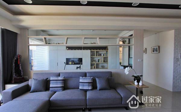 屋主所期待的阅读空间,透过半高玻璃接口,让书墙从容成为视觉底景。