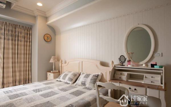 清新的湖水绿搭配上白色护墙板,营造出闲适舒压的卧眠空间。