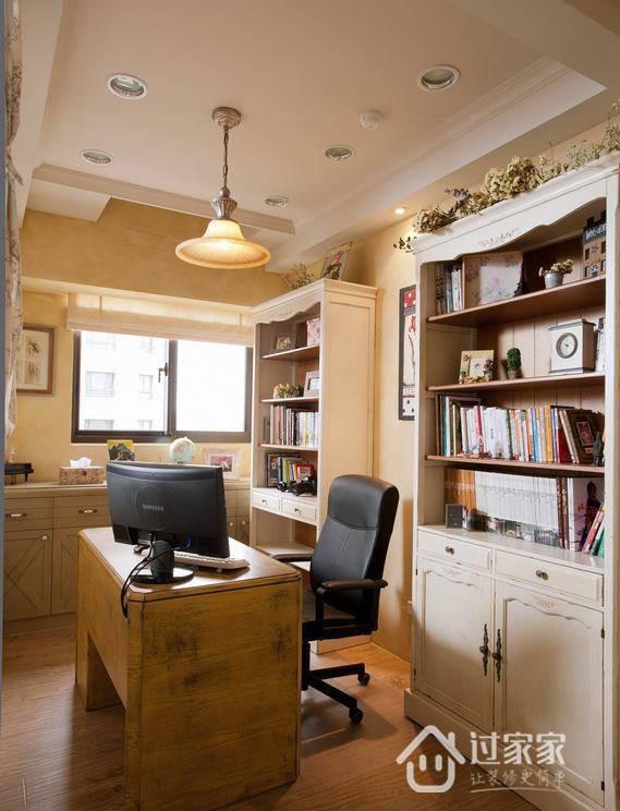 续以大地系复古黄作为主题色调,带点怀旧韵味的书桌呼应着整体风格,大面的书柜及半腰书柜,满足屋主的收纳需求。