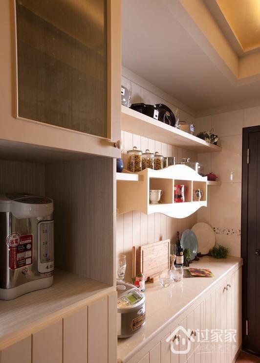 优雅的白色塑造着厨房的气质表情,护墙板壁面与橱柜巧妙结合,搭配具有巧思的层板设计,同时满足收纳与展示的功能。