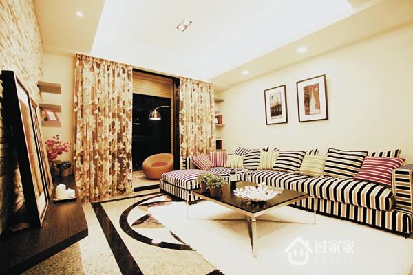 客厅整体空间虽以白色为底层,但因大理石拼花地坪及新颖家具家饰的合宜搭配,展现都会时尚的简约生活。