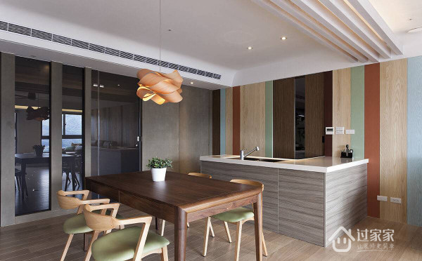 开放空间中规划餐桌与轻食中岛,热炒区则藏於吧台后方的动线中;另一侧以黑玻与水泥板构成的造型墙,则将客用卫浴与书房动线藏於其中。