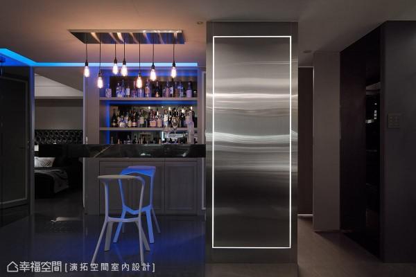 顺应柱体结构延伸出一道悬浮式吧台,搭配后方的酒柜与蓝色LED灯光,营造有如置身LOUNGE BAR的慵懒氛围。