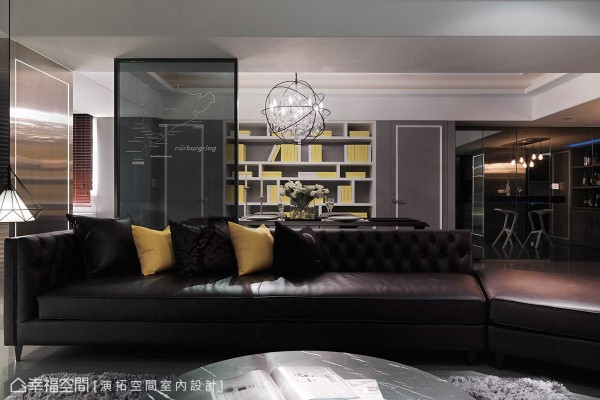 餐厅的主墙遵循古典风格的对称设计手法,利用暖灰色调的线板,隐藏起客房与客用卫浴的门片,并结合书柜展示机能,让此道墙也能成为空领域的端景墙。