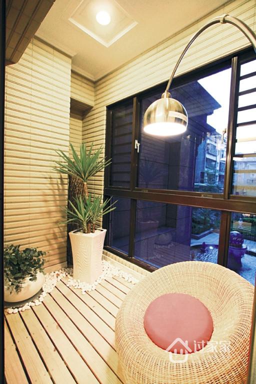 在客厅阳台设置一木作平台及藤编卧椅,如南岛自然风情的休憩空间。