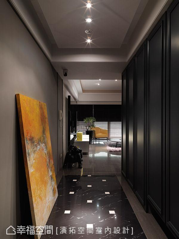 演拓空间室内设计以沉稳内敛的色调营造返家的安定感,一旁的古典线板柜面,轻轻带出简约优雅的空间表情。
