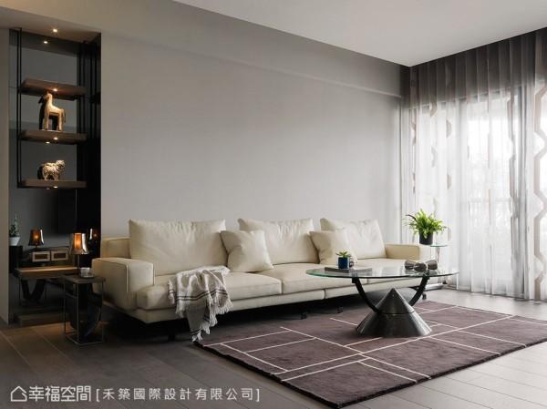 素色的沙发背墙与电视主墙相互呼应,选搭白色系的沙发,衬托出纯净美感。
