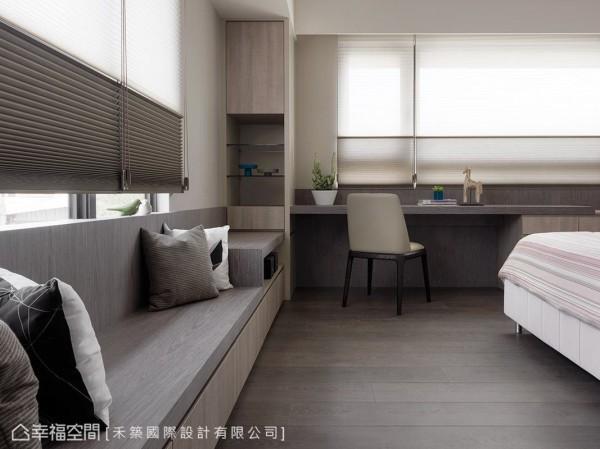 书桌与卧榻倚窗而生,让生活机能更添休闲写意。