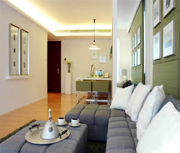 沙发背景墙选用绿色硅藻,即环保又美观