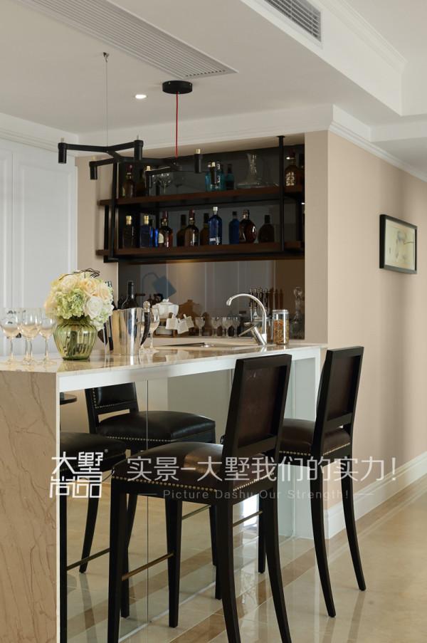 设计师利用吧台给客厅做了一个漂亮的隔断,内嵌的储藏柜可以存放主人心爱的好酒,不仅如此,还在吧台里面做了超级实用的收纳柜。