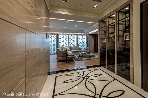 比沙列空间设计在内玄关铺设跳色拼接地坪,并于右侧立面设置三座展示柜,演绎屋主的收藏品味与生活旨趣。