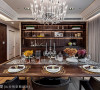 知性典雅的质感作为餐厅设计的主轴,一旁的展示柜色调沉稳,俨然成为视觉上的重心。