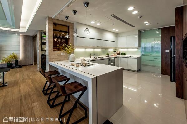 进入餐吧区,营造出优质且机能充足的空间,也做为家人共同切磋厨艺的地方,在此增添不少生活乐趣。