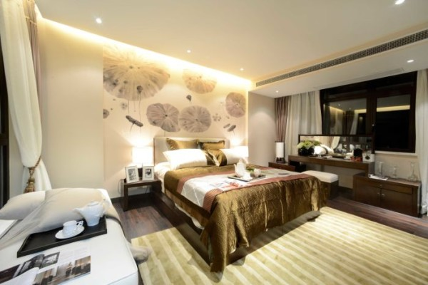 卧室的装修:荷花的背景墙,增加卧室的美观,不至于单调,实木简单的化妆台实用