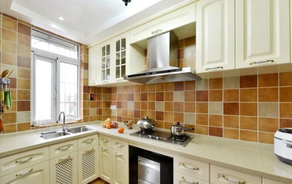 白色的厨柜干净利落。