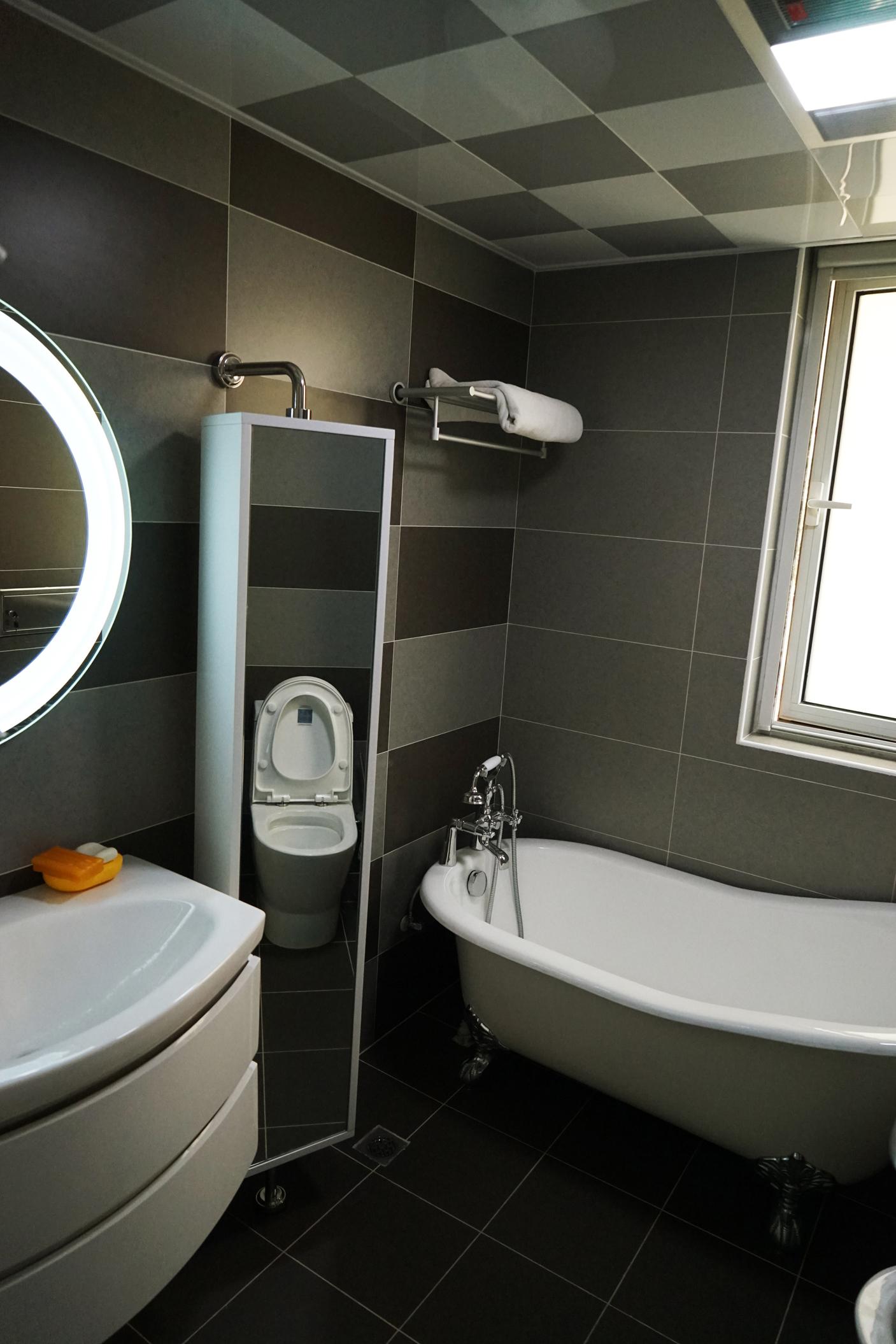简约 现代 黑白灰 造型顶 吧台 卫生间图片来自253886347在光之谷的分享