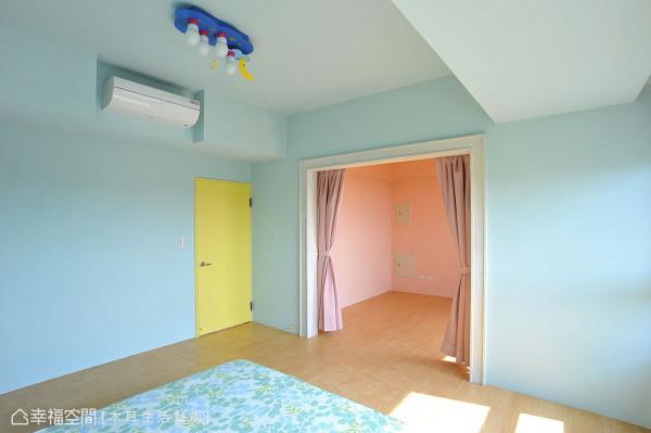 童趣的两间小孩房,由粉嫩黄色转为两种主题,水蓝清新、粉色甜美,中央仅以拉帘区隔,增加小朋友的互动。