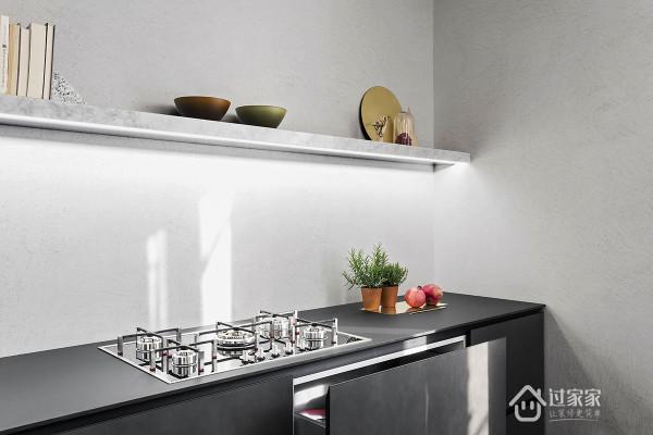 开放式的厨房带你回归真正的朋友圈,黑色放入橱柜配上灰白墙面简约大气,墙上的隔板选择大理石材质,增加整个空间的延伸感和层次感。