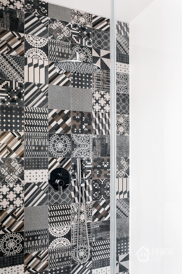 相对应的淋浴房看起来略微花哨,利用花砖来点缀墙面,虽然只是简单的颜色,但混搭的组合凸显一股异域风情。